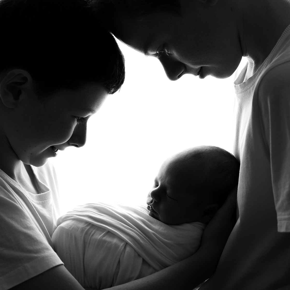 special newborn sibling photo black and white