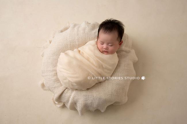 simple neutrals newborn photo brisbane